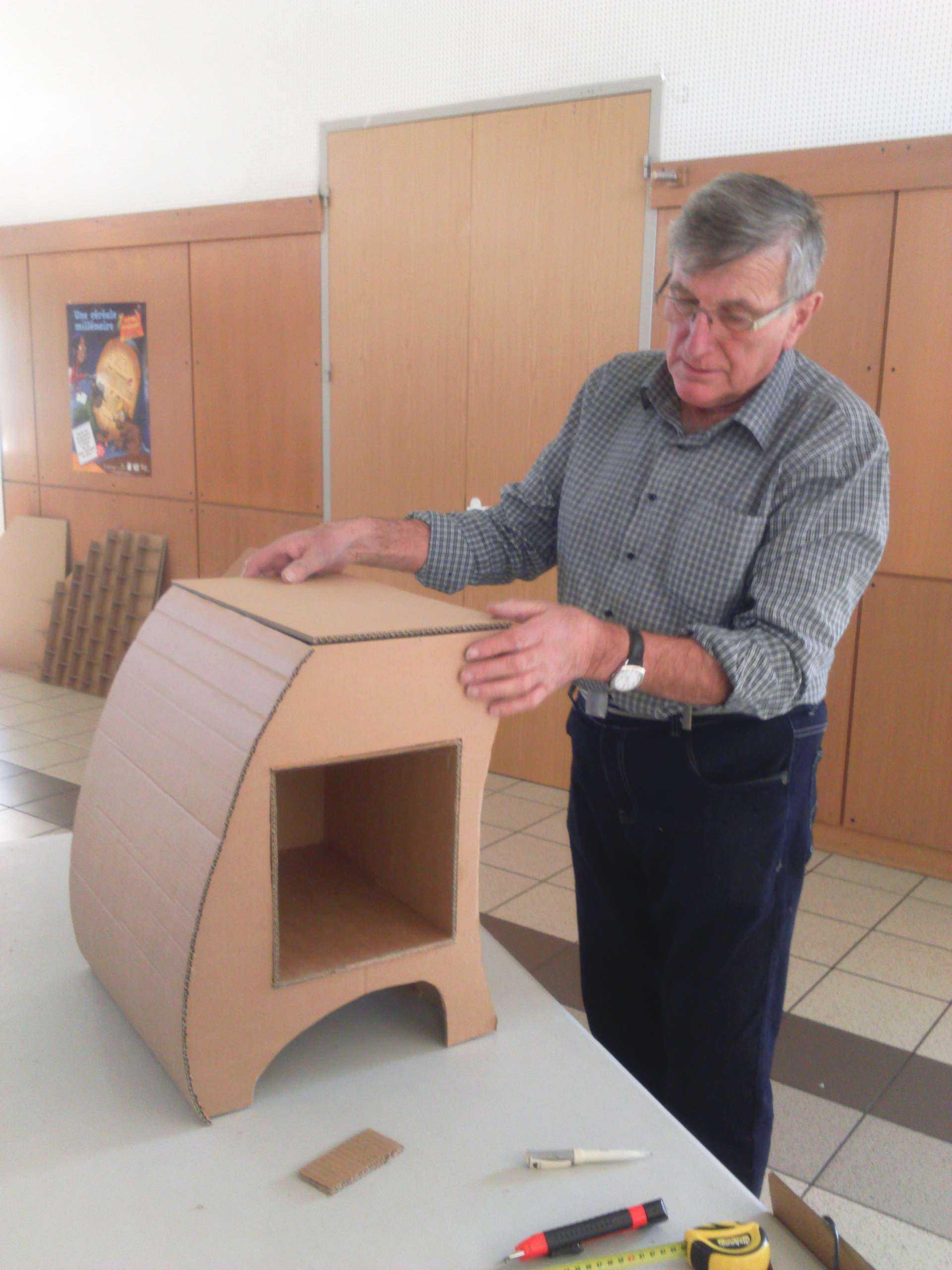 avec du carton de recuperation centre social de mably 42. Black Bedroom Furniture Sets. Home Design Ideas